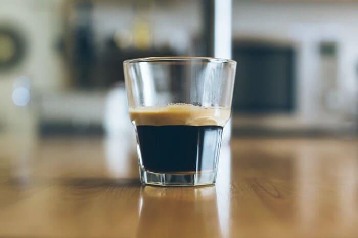 Alcol-e-caffeina-cosa-non-mangiare-se-si-hanno-le-emorroidi